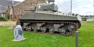 """Ansicht Sherman-Panzer M4 A4 von 1943 vor dem """"Remember-Museum"""" in Thimister-Clermont."""
